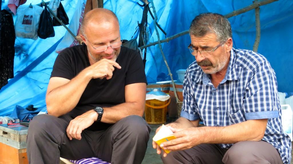 Schwierige Verständigung auch mit dem Wörterbuch – im Camp beim Imker