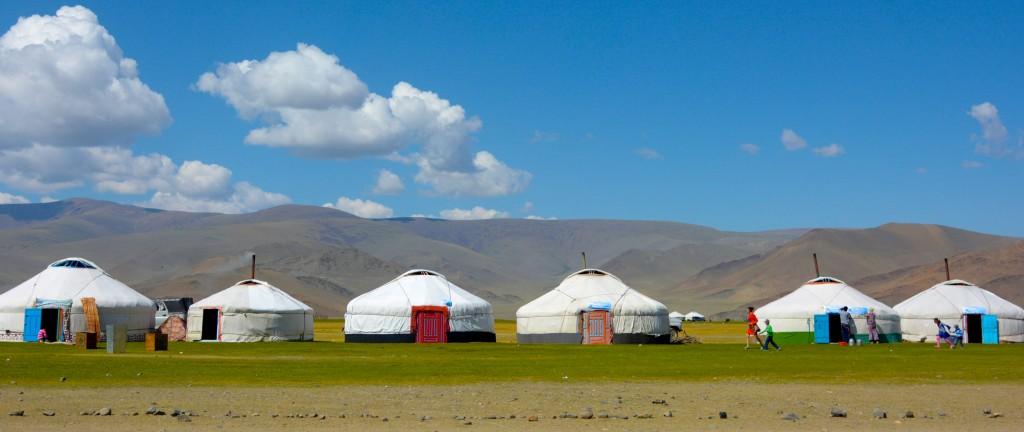 """Ein typisches mongolisches Dorf. Hier heißen die Jurten - """"Ger"""". Mongolei, Khovd"""