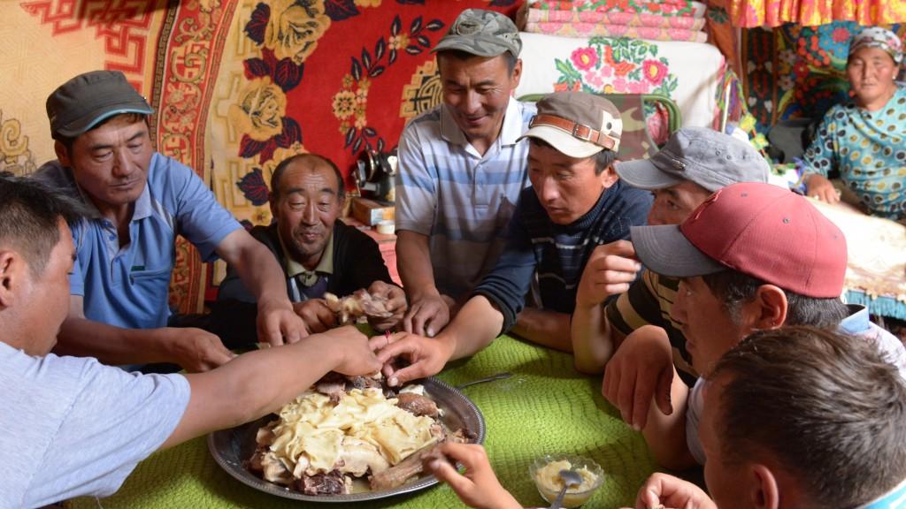 Ein typisches gemeinsames Mittagessen - traditionelles Beschbarmak Essen im kasachischen Teil der Mongolei. Mongolei, Dund Us