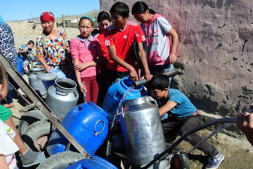 Der tägliche Kampf um das Trinkwasser im Dorf. Für eine Stunde wird die Pumpe eingeschaltet. Mongolei, Dund Us