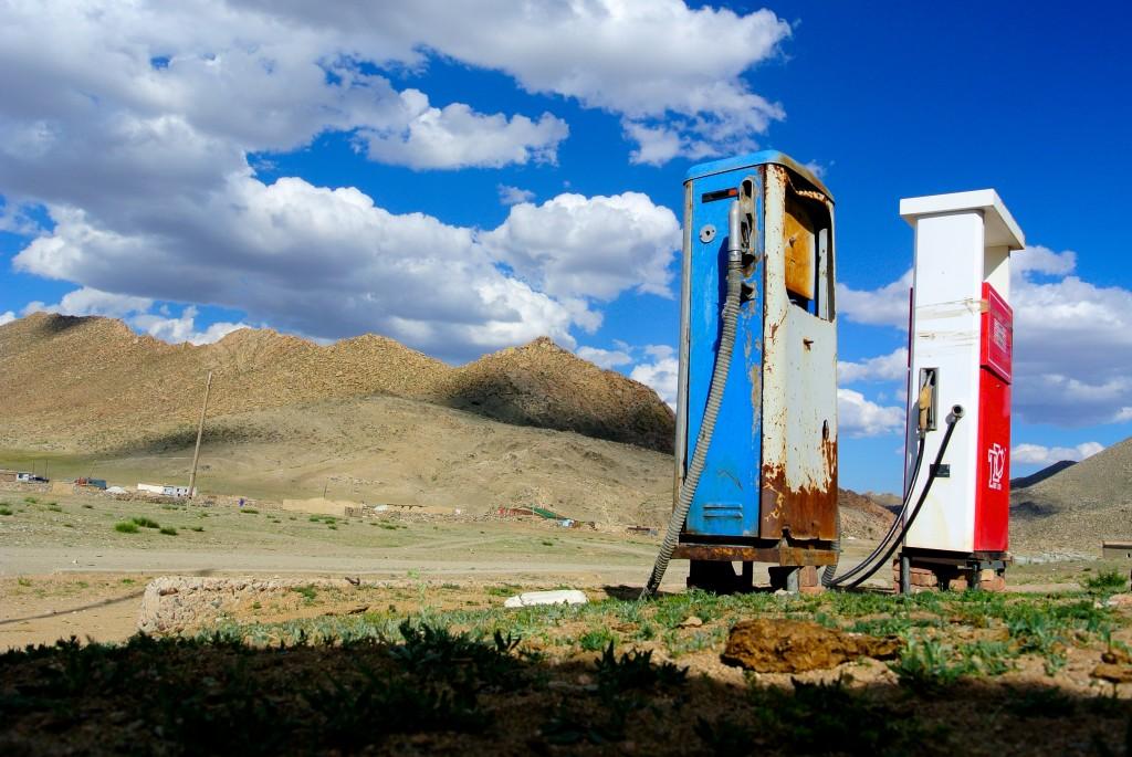 Eine typische Tankstelle auf dem Lande. Dund Us, Mongolei