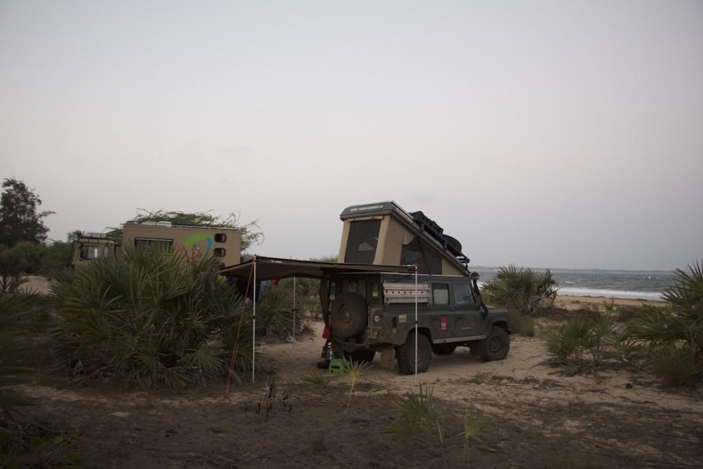 Defender mit Klappdach und Markise am Strand in Kenia