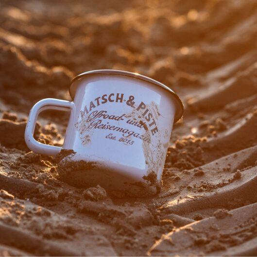 Die Matsch&Piste-Tasse mit Vintage-Logo.