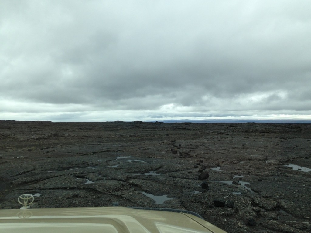 Fahren über erkaltete Lava, der Weg nur mit Steinen markiert, Island