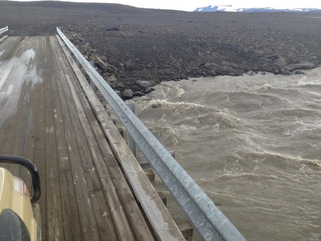 Brücke über einen Gletscher-Fluss