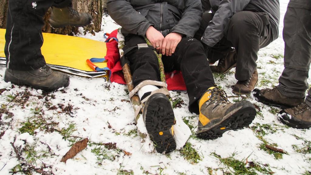 Schienen eines gebrochenen Beins im Gelände