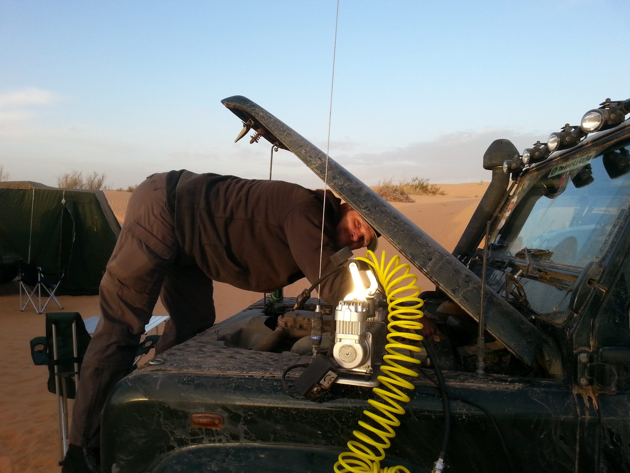 Fahrzeugcheck in der Sahara, Tunesien