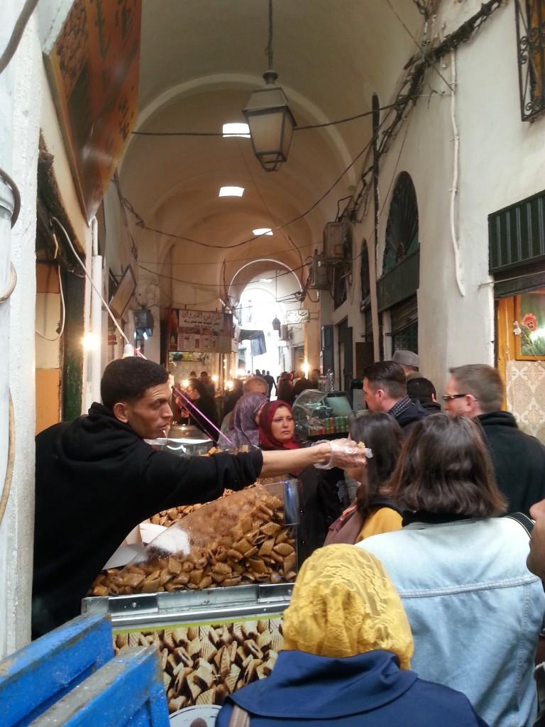 Enge Gassen und geschäftiges Treiben, Medina von Tunis.