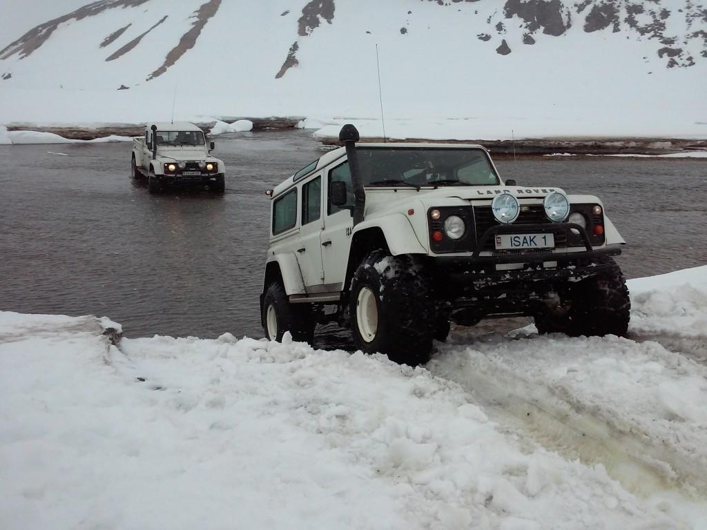 ISAK Defender im Schnee beim Furten