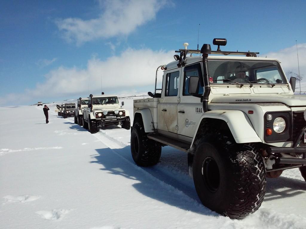 Defender auf Island im Schnee