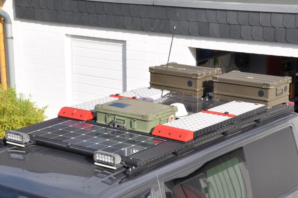 Fertiger Dachgepäckträger mit Solarzelle, Waffleboards und Zarges-Boxen