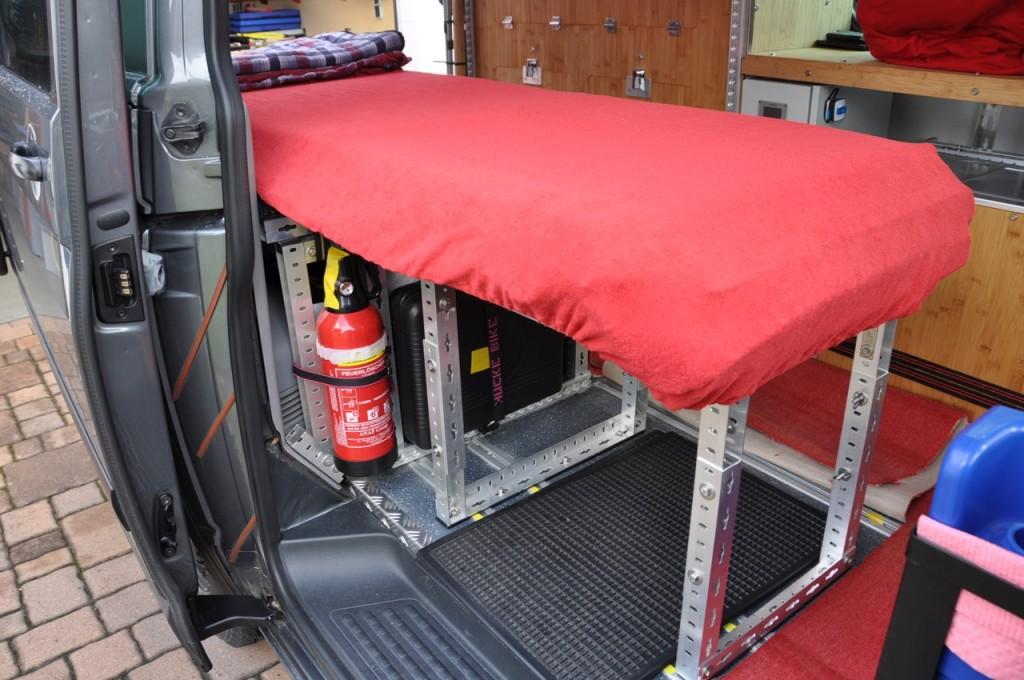 Bett aus Alu-Profilen, höhenverstellbar
