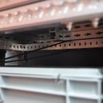 Kisten unter dem Bett mit Spanngurten verzurrt