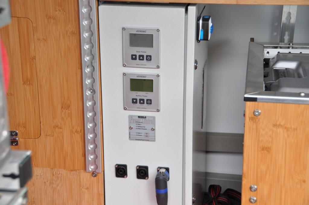 Sicherungskasten mit sämtlicher Elektronik, vorne mit drei SpeakOn-Buchsen für 12 V