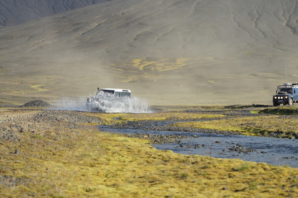 Defender bei Flussdurchfahrt, Island
