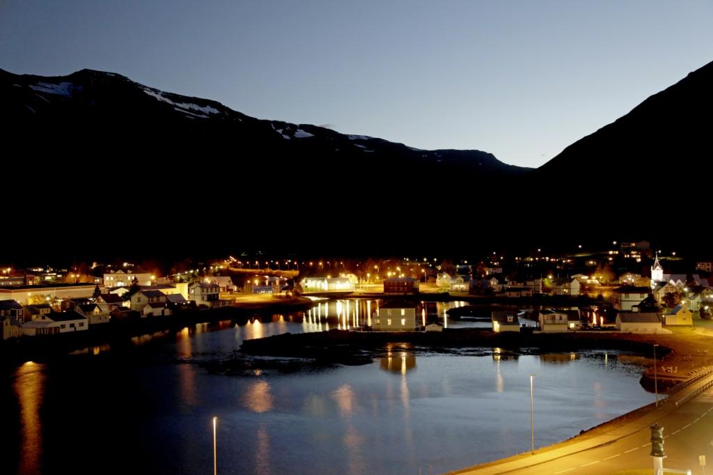 Die blaue Stunde im Hafen von Seydisfjördur