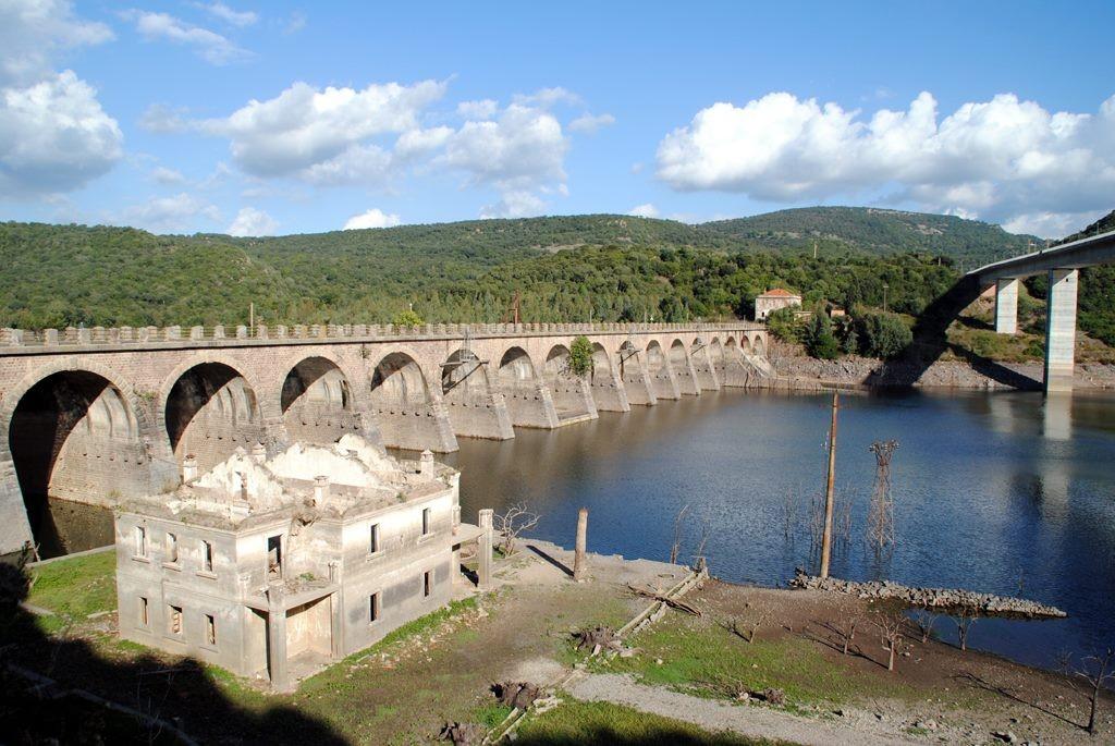 Bei Niedrigwasser im Stausee kommt die versunkene Villa zum Vorschein, Sardinien.
