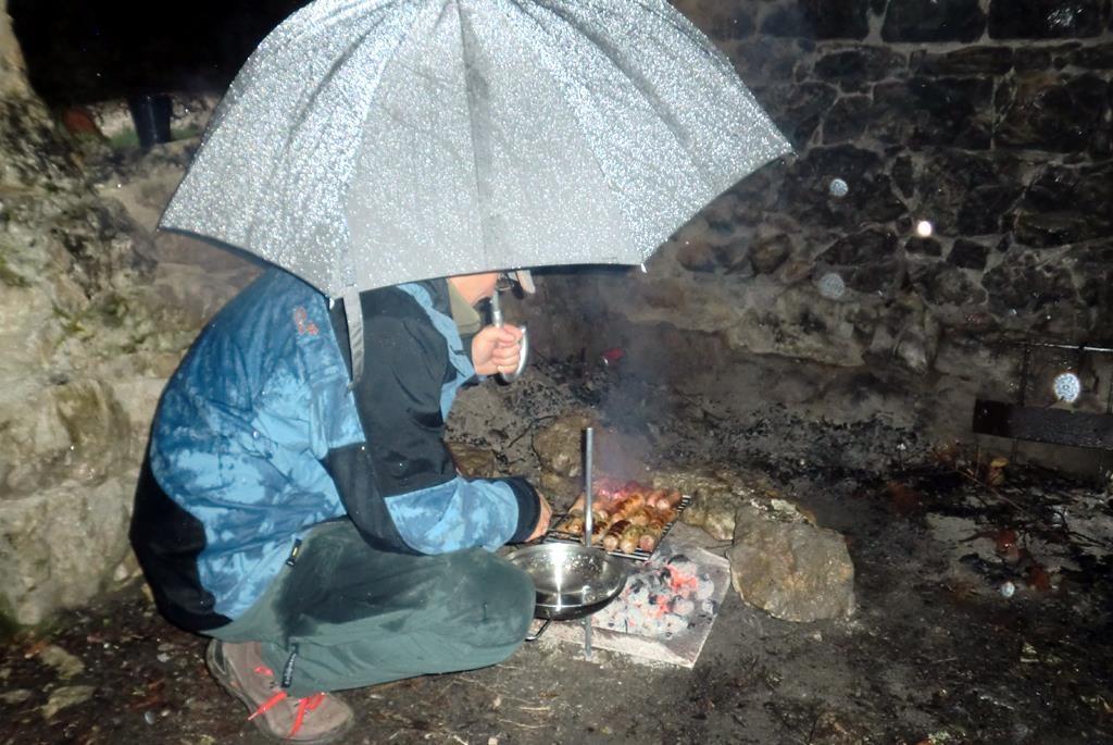 Offroader sind nicht Wasserscheu, Charles beim Grillen, Sardinien