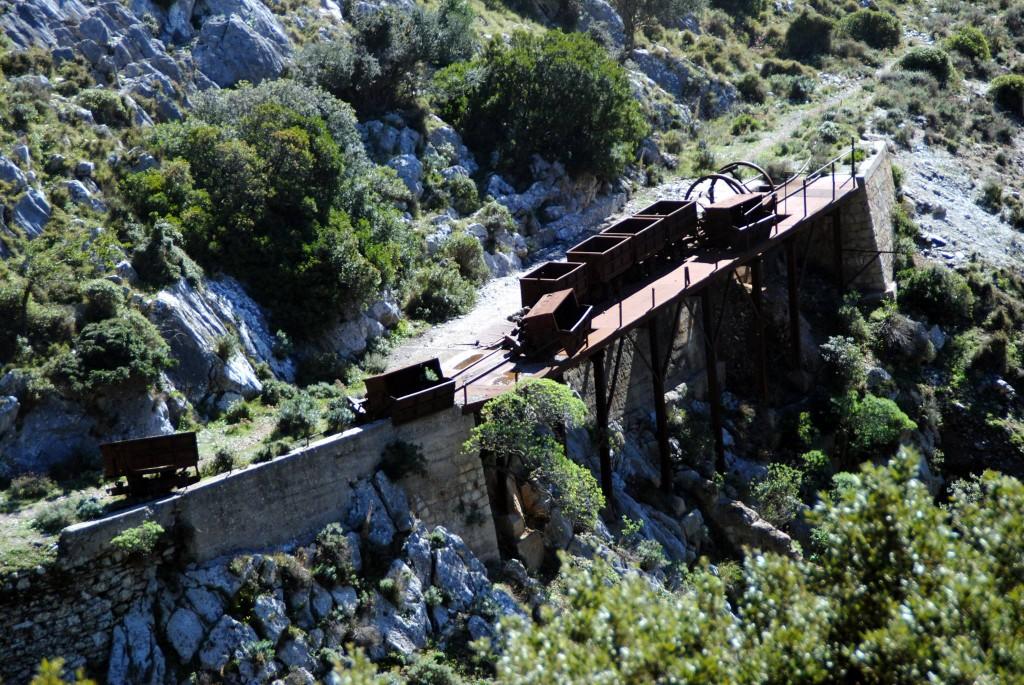 Die alten Loren der Minenanlage stehen seit Jahren hier rum, Sardinien.