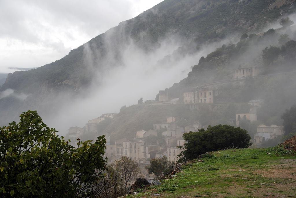 Das Geisterdorf Gairo Vecchio liegt gespenstisch im Nebel, Sardinien