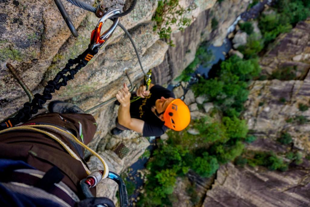 Auf dem Weg zu Korsikas Klettergebieten - Steil abfallend zum Fluss
