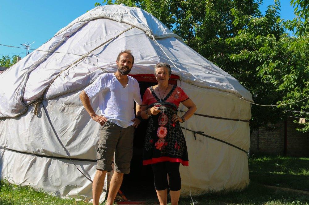 Annette und Stefan vor einer Jurte, Kirgisistan
