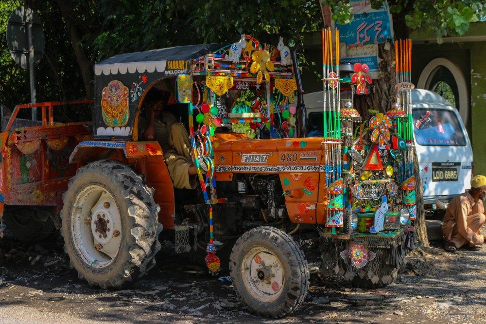 Pakistanische Kunst am Traktor