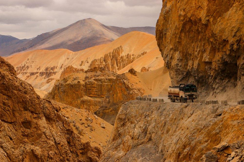 Trucks auf engen Straßen, Manali-Leh Highway Indien