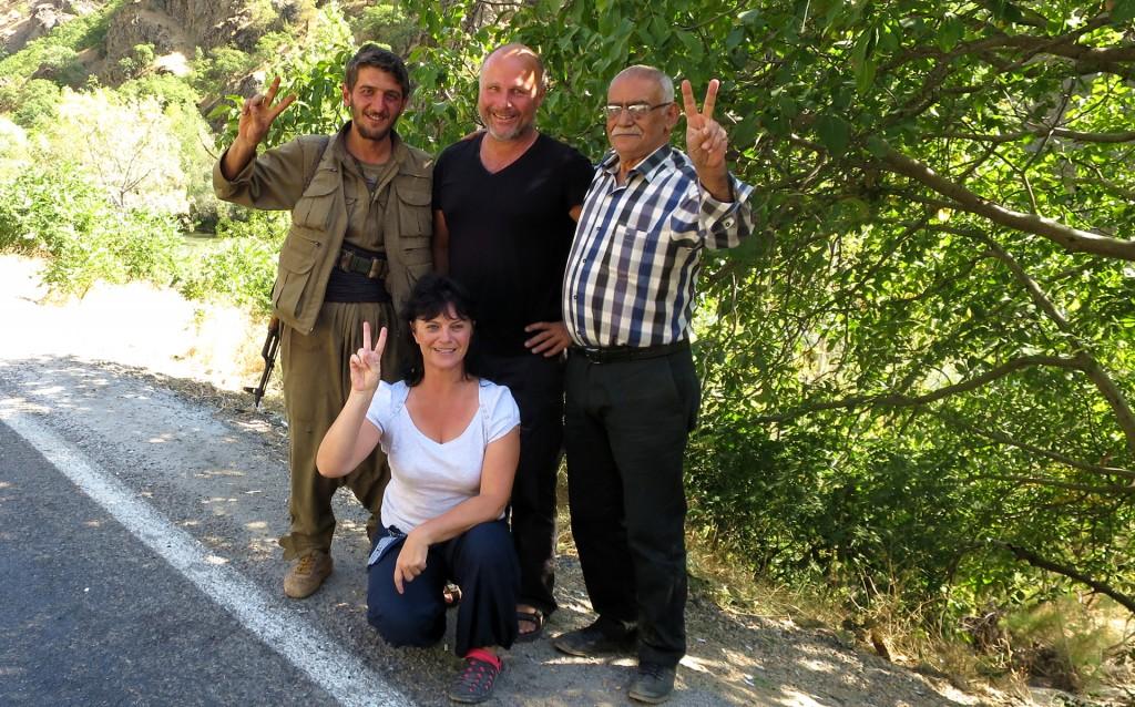 """""""Gruppenfoto"""" mit einem der PKK-Kämpfer"""
