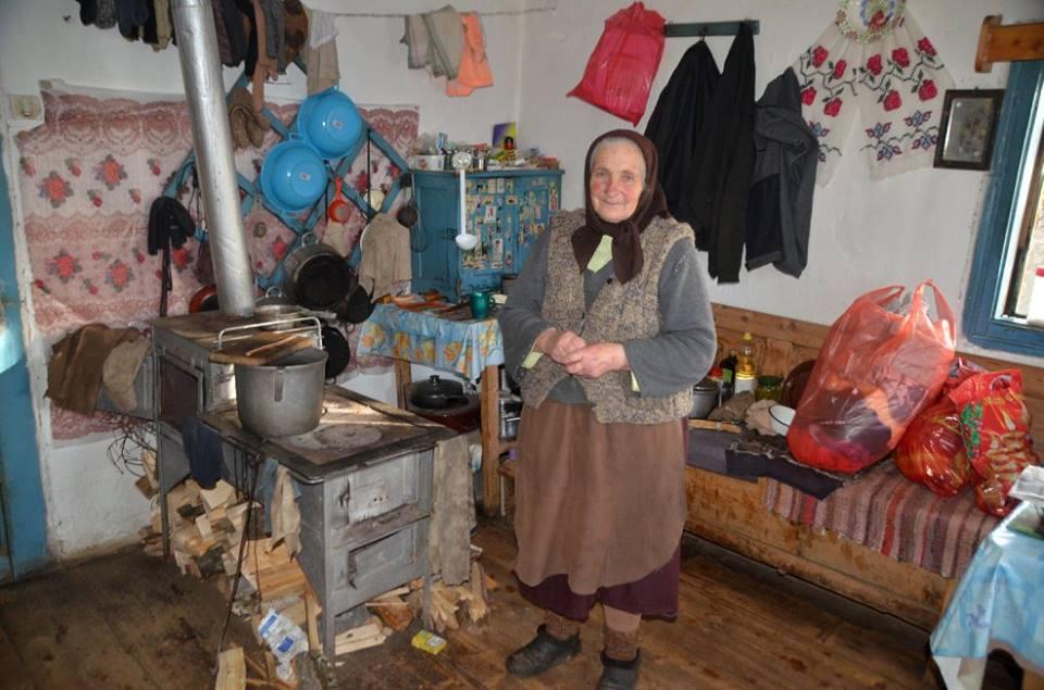 Alte Frau in ihrem Haus