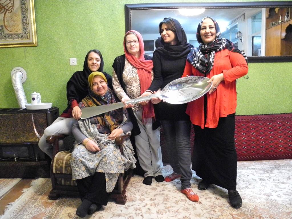 Nach jedem kochen wird ein Foto mit Unterschriften unseres Riesenlöffels gemacht, den wir immer dabei hatten. Iran, Saveh
