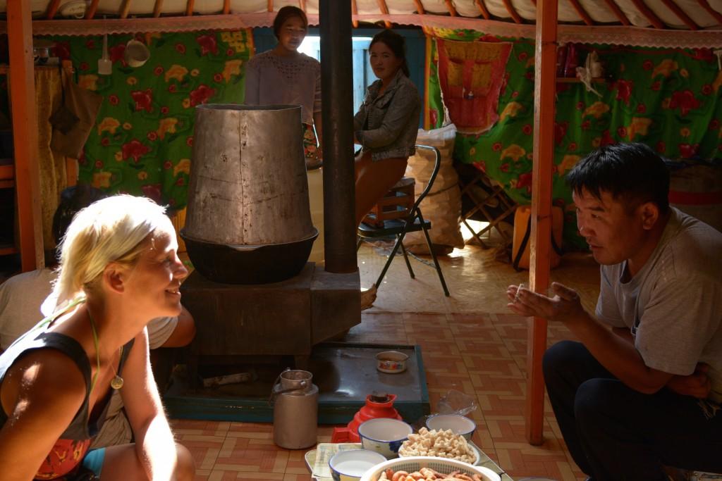 Beim Wodkabrennen aus Stutenmilch. Im Hintergrund der Distllationsbehälter. Mongolei, Khovd