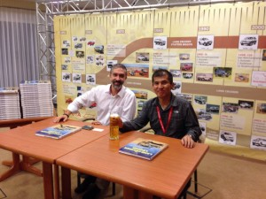 """Alexander Wohlfarth und Chefingenieur Land Cruiser Sadayoshi Koyari signieren das Buch """"Legende Land Cruiser"""""""