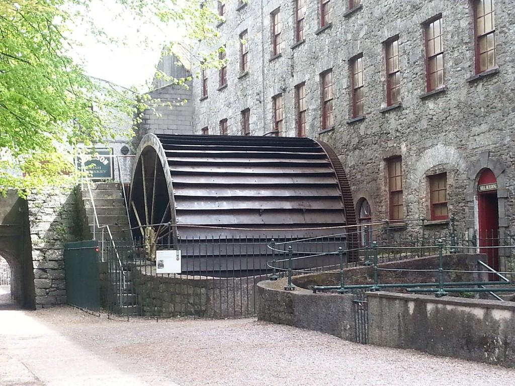 Das alte Wasserrad der Jameson Destillerie