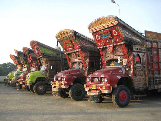 Kunstvoll verzierte LKW in Pakistan