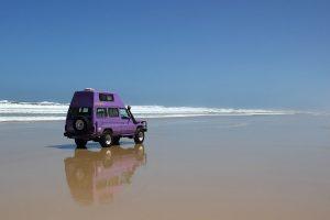 Pistenkuh-Toyota am Strand von Fraser Island, Australien