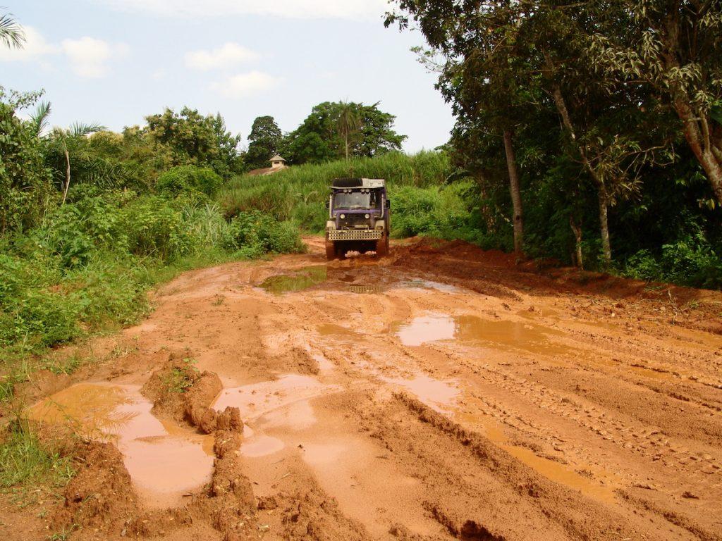 Pistenkuh, Die Straßen in Afrika bieten so manche Herausforderungen