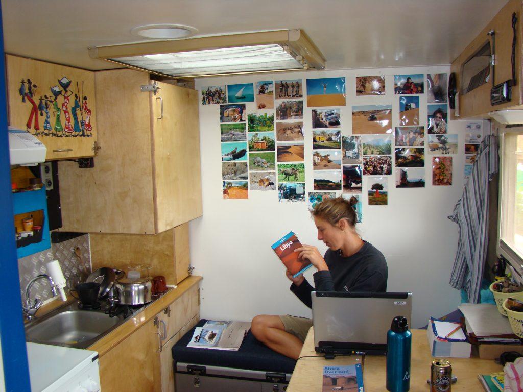 August der Reisewagen: Sabine bereit sich auf das nächste Land vor