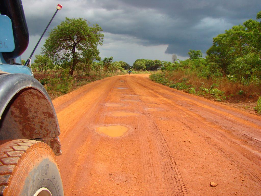 August der Reisewagen: Auf einer Piste in Tansania