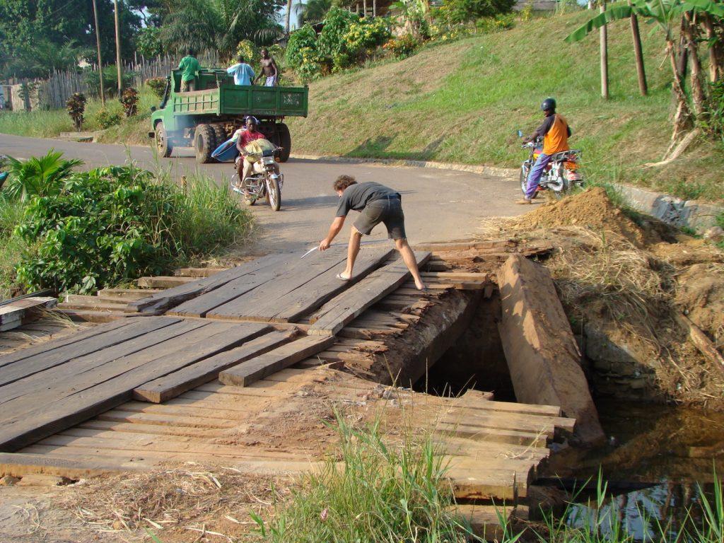 Eine äußerst fragwürdige Brücke in Kamerun