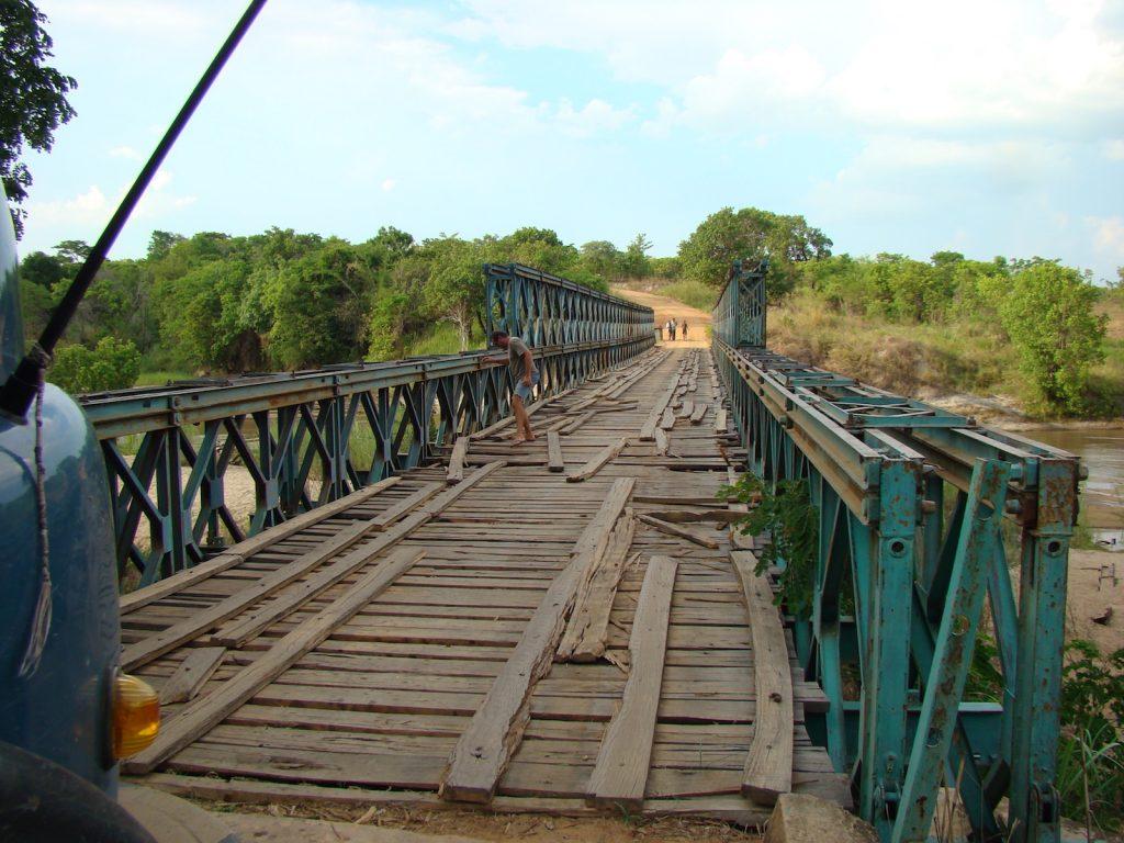 August der Reisewagen: Fahren wir oder nicht? Eine Brücke in Tansania