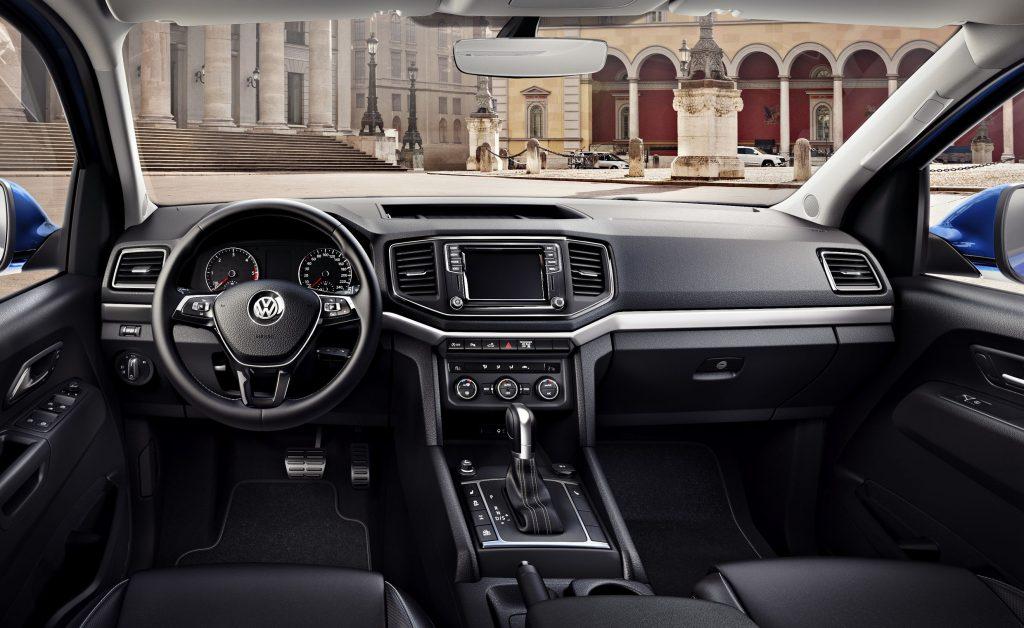 Amarok Aventura mit aktuellem Volkswagen Design: Elegantes Cockpit mit Multifunktions-Lederlenkrad, attraktivem Infotainment und Pedalerie in Edelstahl-Optik.