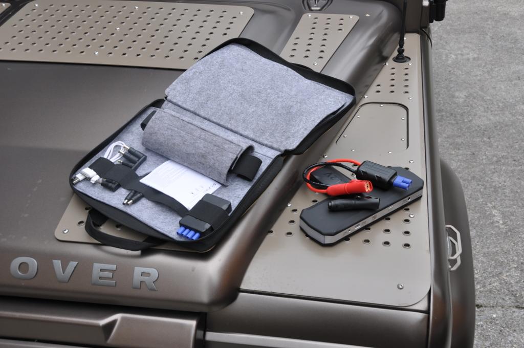 Zum mobilen Akkupack gibt es eine Tasche und einiges an Zubehör