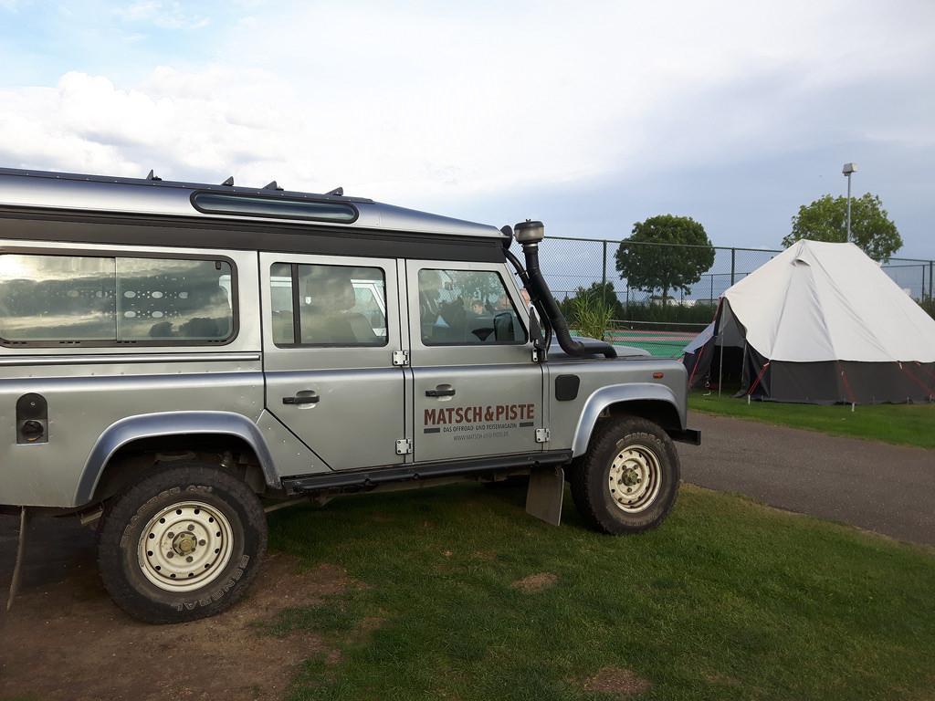 Unser Tourfahrzeug mit dem Island-Zelt auf dem Campingplatz.