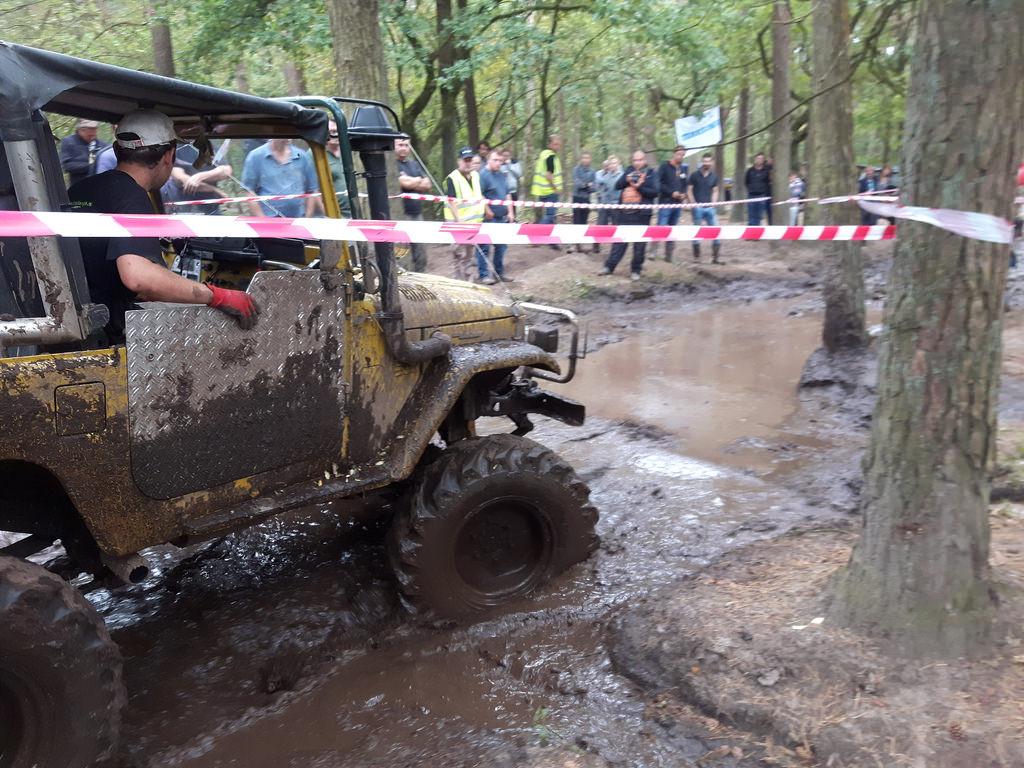 Buschtaxi mit Biss. Ohne Winde durch den Mud-Cup. Terrein 2016.