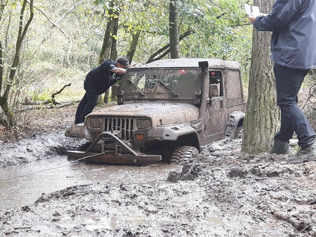 Jetzt hilft nur noch winchen. Jeep. Terrein 2016.