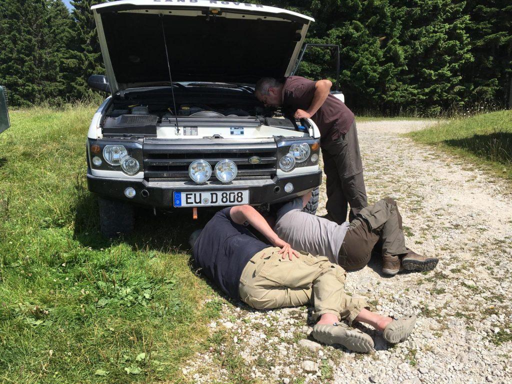 In den Italienischen Ostalpen - Sofort kümmern sich drei von vier Männern um das defekte Fahrzeug