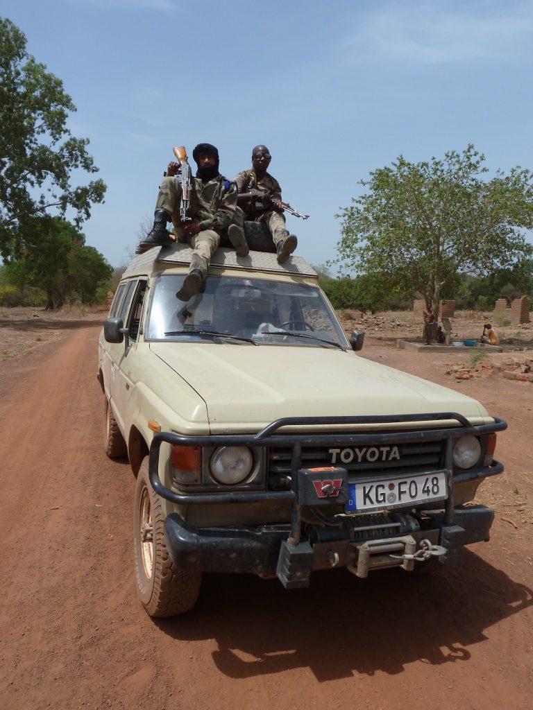 Toyota-Schützenpanzer_-Bewaffnete Eskorte durchs Rebellengebiet