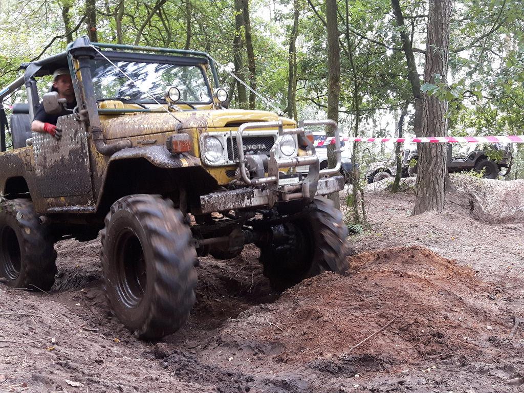 Manche fuhren auch einfach so durch die Schlammpassage des Mud-Cups.