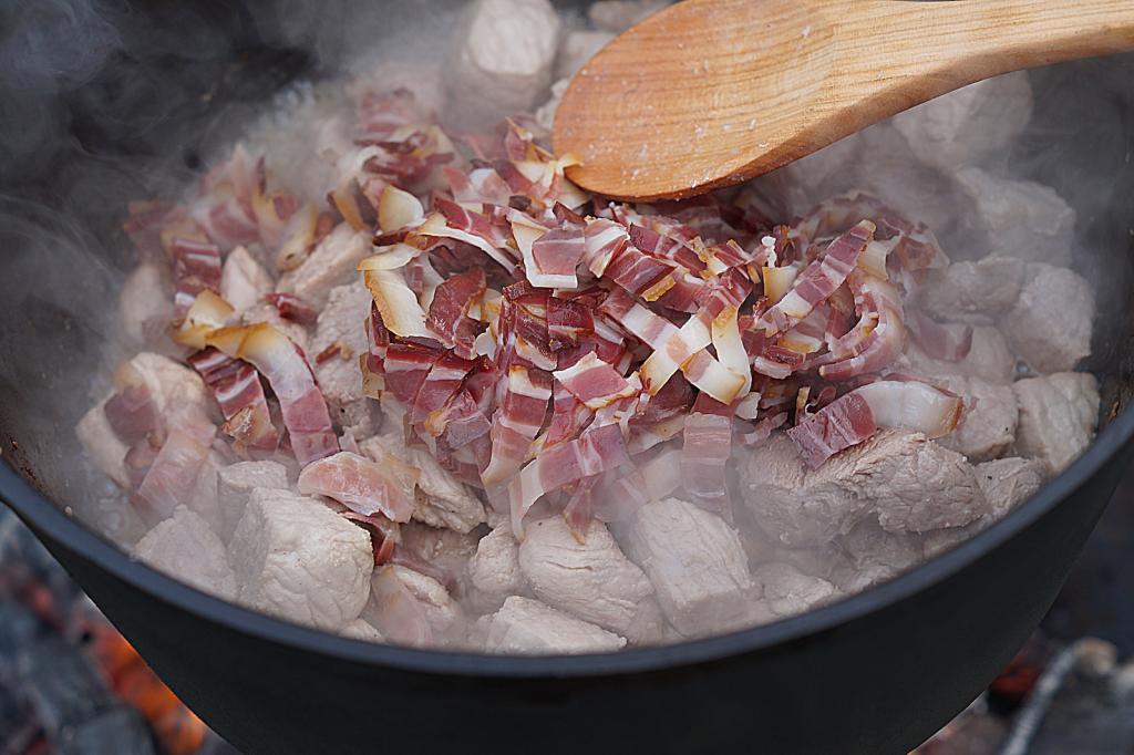 Szegediner Gulasch: Bacon dazugeben